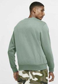 Nike Sportswear - CLUB - Sweatshirt - steam/white - 2
