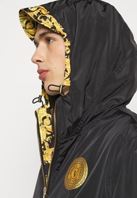Versace Jeans Couture - PRINT LOGO BAROQUE  - Summer jacket - black - 4