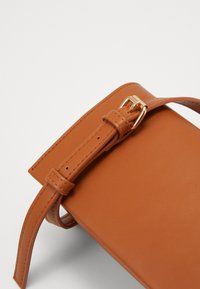 Pieces - PCNANNY CROSS BODY  - Skulderveske - cognac - 2