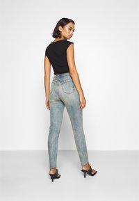 Missguided Petite - SINNER SINGLE KNEE RIP  - Jeans Skinny Fit - vintage wash - 2