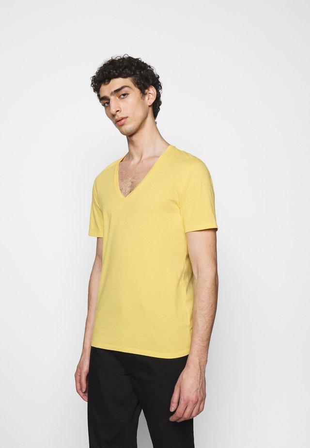 QUENTIN - T-shirt basique - yellow