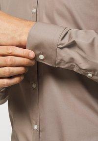 HUGO - ELISHA - Formal shirt - light-pastel brown - 5