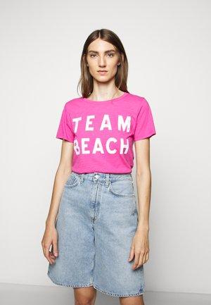 TEAM BEACH TEE - Triko spotiskem - vibrant fuchsia