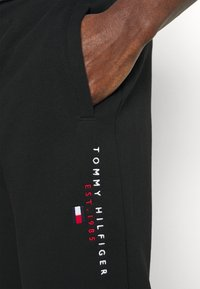 Tommy Hilfiger - ESSENTIAL - Trainingsbroek - black - 6