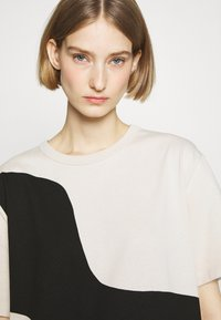 Marimekko - KIOSKI VAHVA TAIFUUNI PLACEMENT - Print T-shirt - light beige/black - 4
