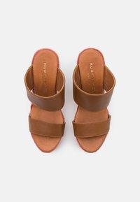 Kurt Geiger London - ARIANA WEDGE MULE - Pantofle na podpatku - tan - 4