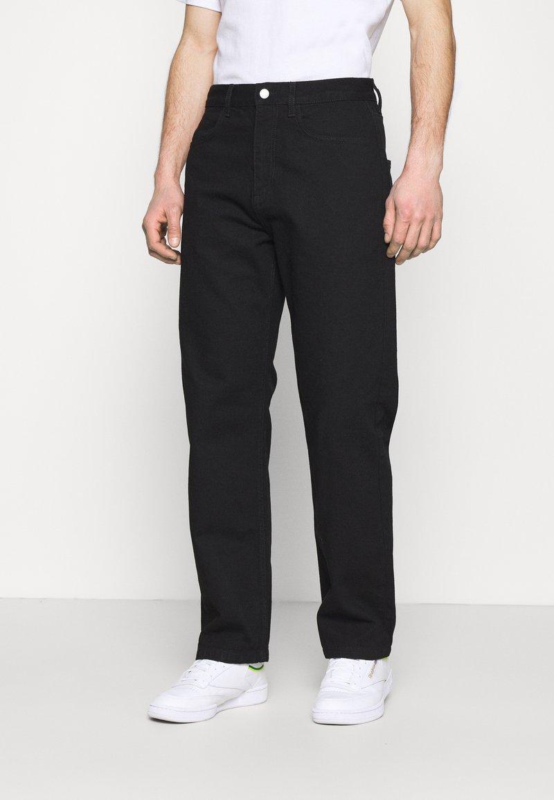 NU-IN - Byron Denton x NU-IN DECONSTRUCTED WIDE LEG - Relaxed fit -farkut - black