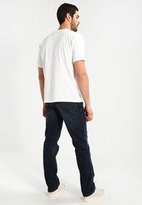Wrangler - TEXAS STRETCH - Jeans straight leg - vintage tint - 2