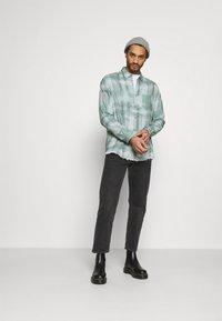 Mennace - FRAYED CHECK SHIRT UNISEX - Button-down blouse - green - 1