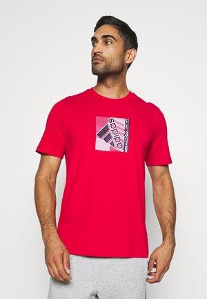 T-shirt con stampa - scarlet