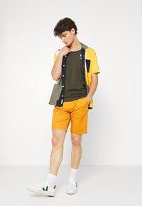Scotch & Soda - STUART CLASSIC - Shorts - rust - 1