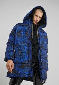 Versace Jeans Couture - LONG DOWN JACKET - Daunenmantel - black/blue - 0