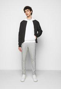 Les Deux - COMO CHECK SUIT PANTS - Trousers - grey melange/offwhite - 1