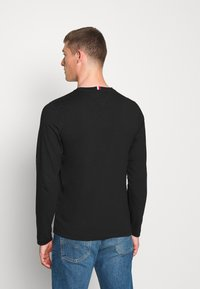 Tommy Hilfiger - MIRRORED FLAGS LONG SLEEVE  - Long sleeved top - black - 2