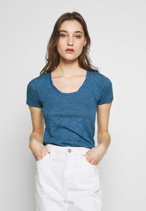 TWISTED DEEP ROUND-NECK - Jednoduché triko - bright indigo