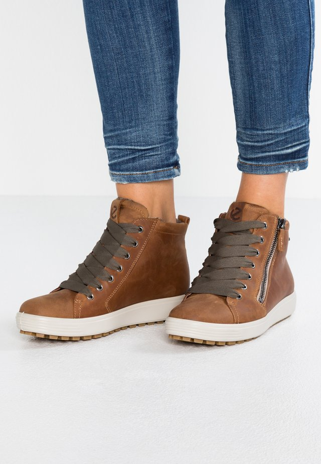 SOFT TRED - High-top trainers - cognac
