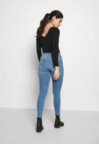 ONLY Petite - ONLPOWER MID PUSH UP  - Skinny džíny - light blue denim - 2