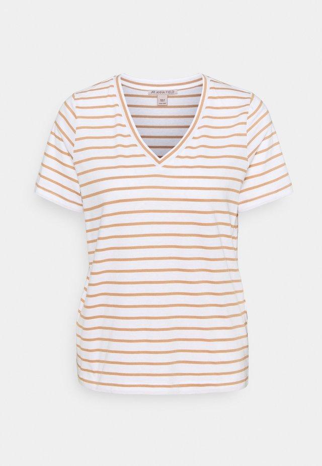T-shirt z nadrukiem - white/camel