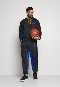 Nike Performance - NBA BROOKLYN NETS CITY EDITION TRACKSUIT - Survêtement - black/royal blue/university gold - 1