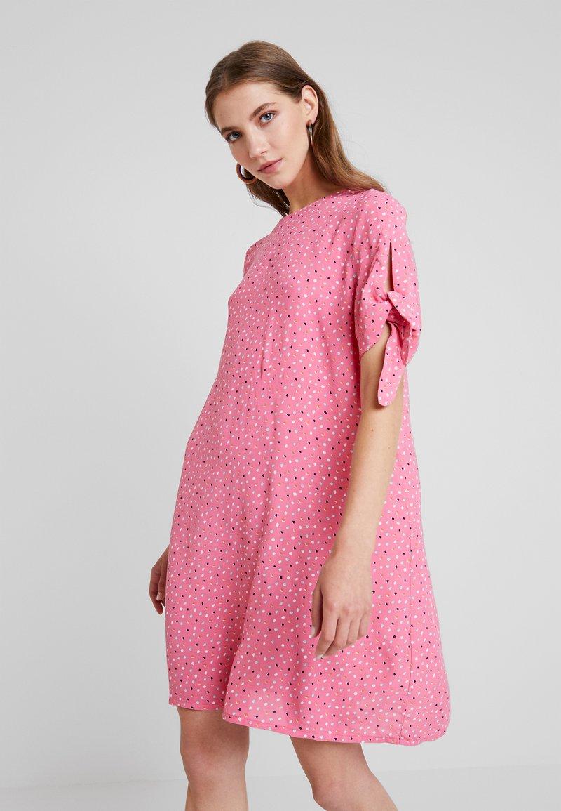 Monki - SELMA DRESS - Denní šaty - konfetti/pink