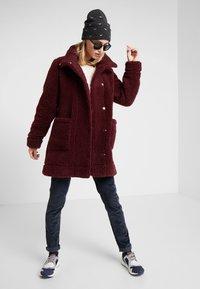 Bergans - OSLO LOOSE FIT - Zimní kabát - zinfandel red melange - 1