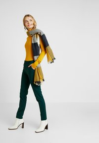 Vero Moda Tall - VMLEAH MR CLASSIC PANT - Trousers - ponderosa pine - 2