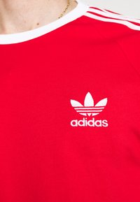 adidas Originals - 3 STRIPES TEE UNISEX - T-shirt imprimé - scarle - 5