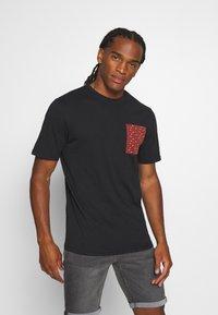 Only & Sons - ONSMAXI LIFE POCKET TEE - Print T-shirt - black - 0