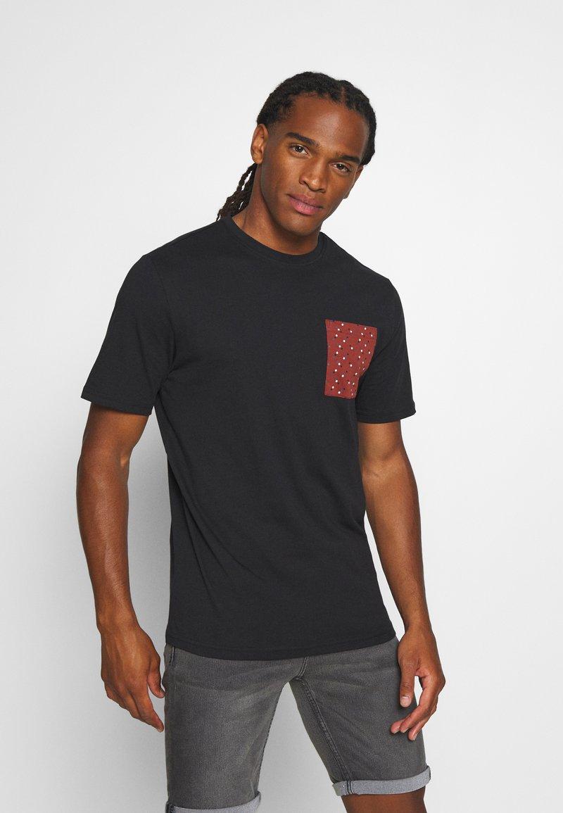 Only & Sons - ONSMAXI LIFE POCKET TEE - Print T-shirt - black