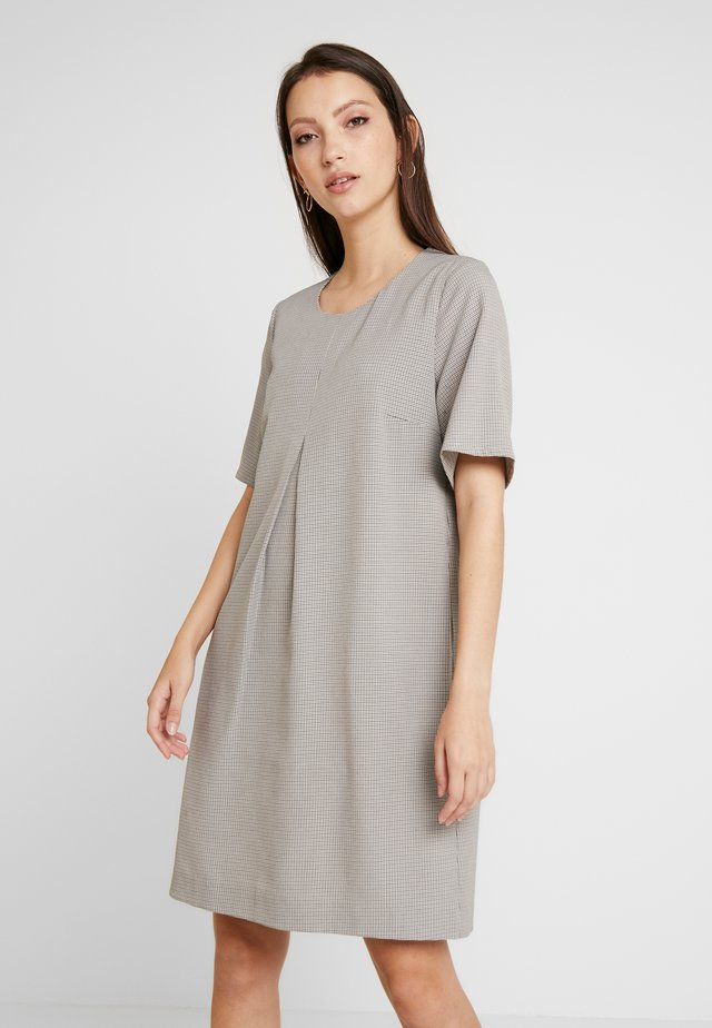 DRESS WITH PLEAT - Robe fourreau - check