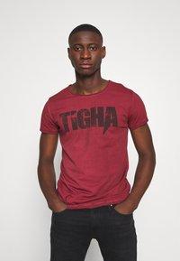 Tigha - TIGHA LOGO SPLASHES - Print T-shirt - vintage bordeaux - 0