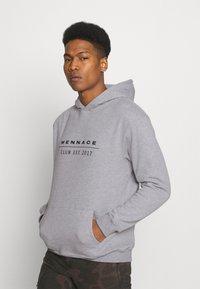 Mennace - CLUB TENNIS COURT HOODIE UNISEX - Sweatshirt - grey marl - 2