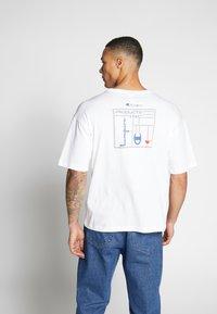 Champion Reverse Weave - CREWNECK - T-shirt con stampa - white - 2