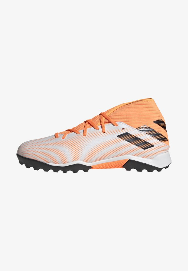 NEMEZIZ .3 TURF - Fodboldstøvler m/ multi knobber - ftwwht/cblack/scrora