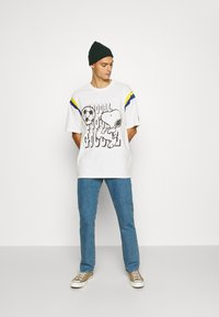 Levi's® - LEVI'S® X PEANUTS FOOTBALL TEE UNISEX - Camiseta estampada - marshmallow - 1