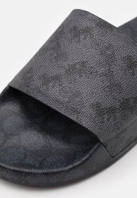 Coach - HORSE AND CARRIAGE SIGNATURE BLOCKED POOL SLIDE - Mules - blue steel/charcoal - 5