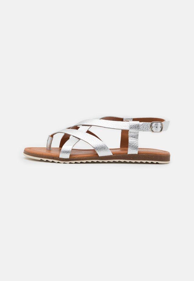 LORENA - Sandály s odděleným palcem - plata