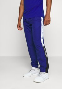 Lacoste Sport - TENNIS PANT - Tracksuit bottoms - cosmic/greenfinch/white/black - 0