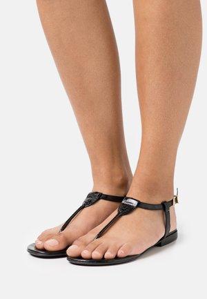 ALESSA EMBOSSED - Sandály s odděleným palcem - noir