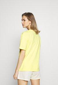 Tommy Hilfiger - TEE LOGO - Pyjama top - elfin yellow - 2