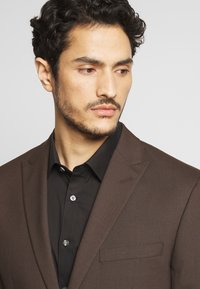 Isaac Dewhirst - PLAIN SUIT - Oblek - brown - 7