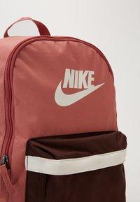 Nike Sportswear - HERITAGE - Sac à dos - canyon pink/earth/pale ivory - 2