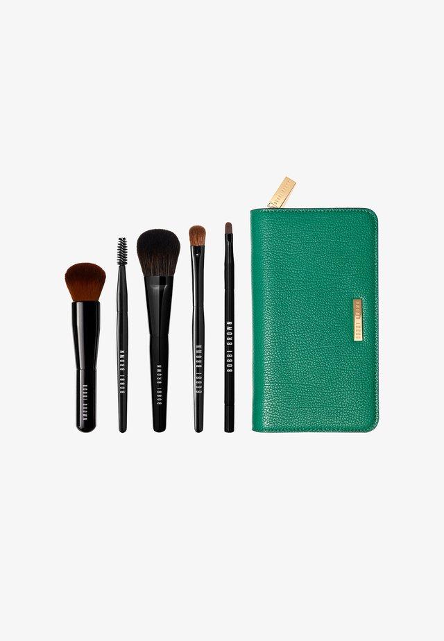 THE ESSENTIAL BRUSH KIT - Makeup brush set - -