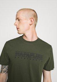 Napapijri - SEBEL - Print T-shirt - green - 5