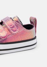 Converse - CHUCK TAYLOR ALL STAR GLITTER - Sneakers basse - white/black/magic flamingo - 5
