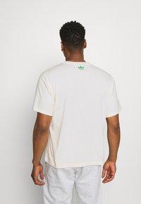 adidas Originals - TONGUE STAN TEE UNISEX - Printtipaita - white - 2