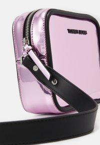Tommy Jeans - FEMME CROSSOVER - Torba na ramię - pink - 3