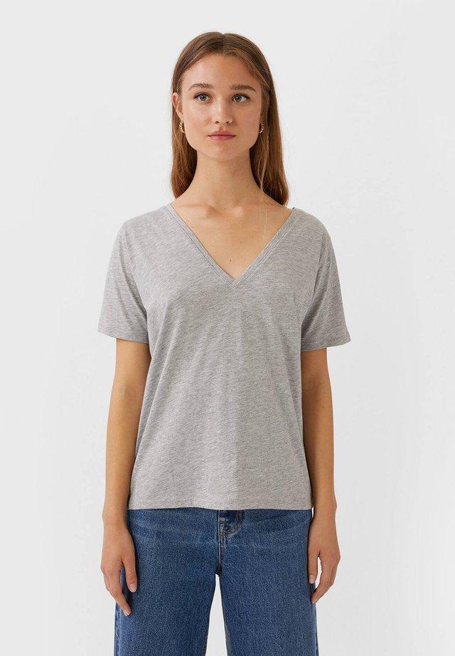 MIT V-AUSSCHNITT  - T-shirt basique - grey