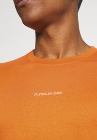 Calvin Klein Jeans - MICRO BRANDING ESSENTIAL TEE - Basic T-shirt - rusty orange - 5