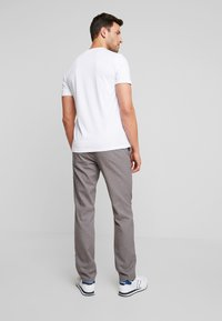Tommy Hilfiger - DENTON LOOK - Pantalones chinos - grey - 2